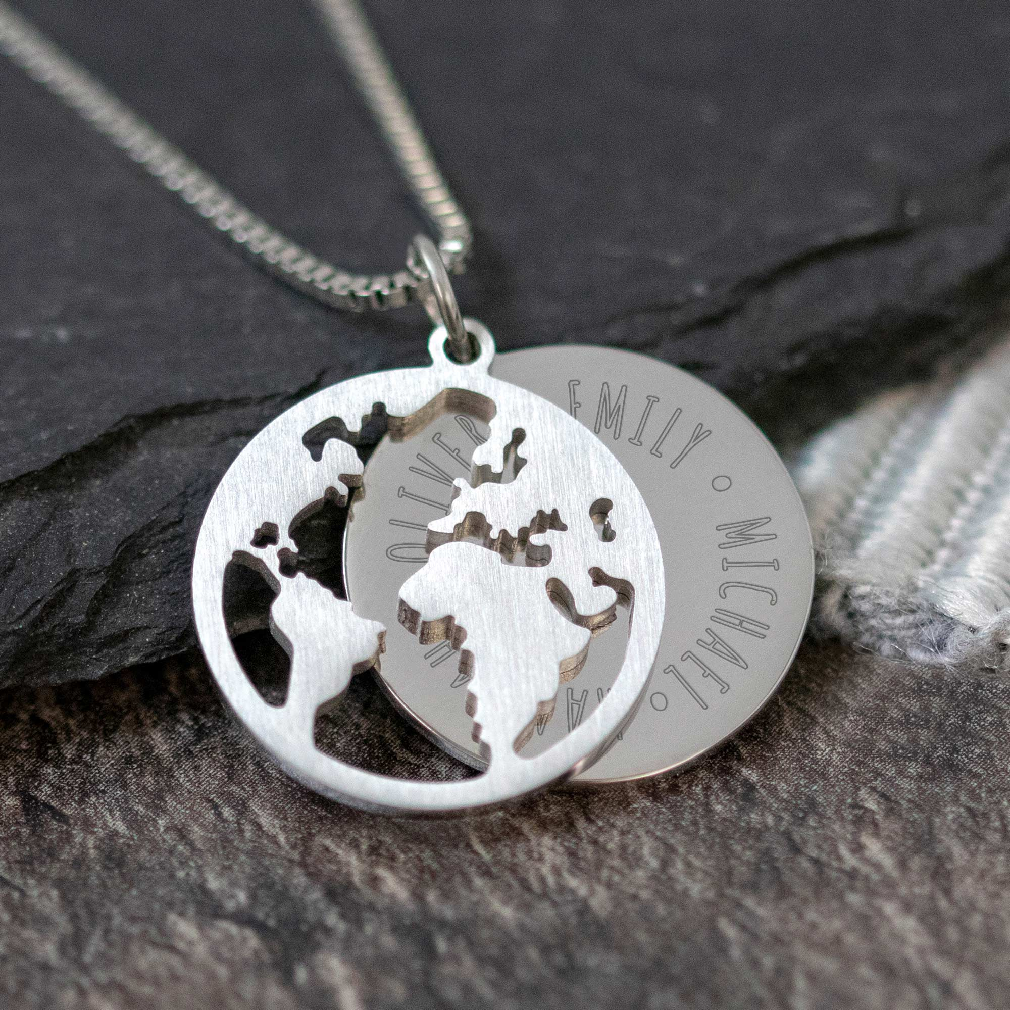 Halskette mit Gravur - Globus und Namen - Silber - Personalisiert